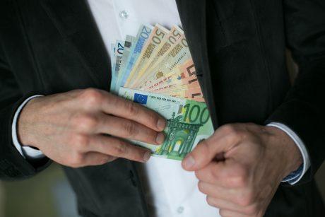 Iš finansinės piramidės praturtėję apsukruoliai – teisiamųjų suole