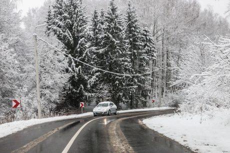 Įspėja vairuotojus: naktį eismo sąlygas sunkins plikledis