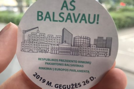 VRK nusprendė toliau dalinti rinkimų lipdukus su gramatine klaida