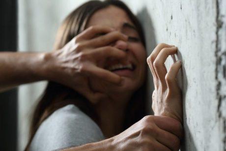 Sostinės namo laiptinėje sumušta ir apvogta moteris