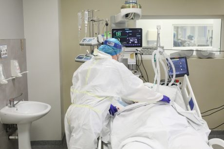 Ligoninėse gydomi 136 COVID-19 pacientai, 15 iš jų – reanimacijoje