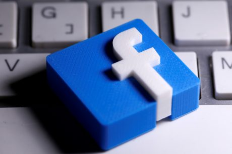 """""""Facebook"""" blokavo paskyras, susijusias su R. Stone""""u ir Brazilijos prezidentu"""