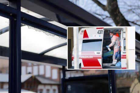 Sostinėje troleibusas įvažiavo į stotelę – dužęs stiklas sužalojo moterį