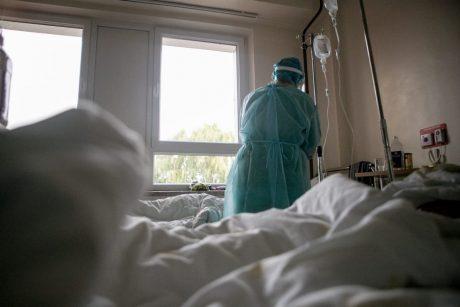 Naujojoje Akmenėje prie namo rasta sužalota moteris ligoninėje mirė