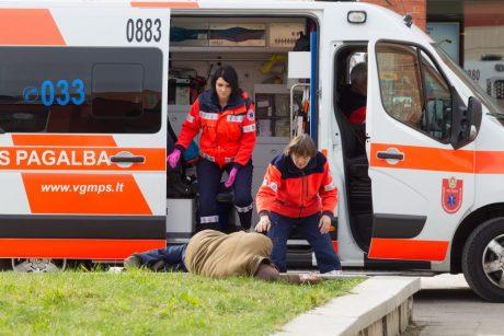 Sunkiai sužaloto vilniečio medikams išgelbėti nepavyko: sulaikyti nužudymu įtariami trys vyrai