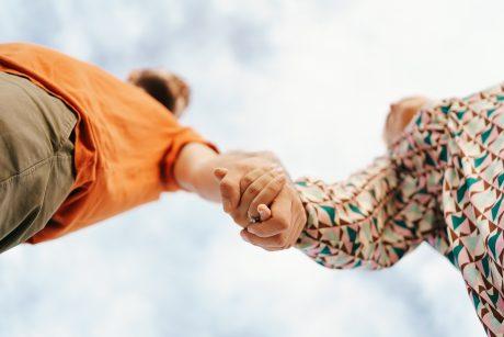 Apklausa: Lietuvos gyventojai linkę remti skirtingų lyčių asmenų partnerystės įteisinimą
