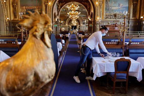 Prancūzijoje į kavines, traukinius, lėktuvus galės patekti tik sveikatos pasą parodę gyventojai