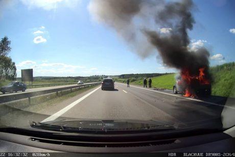 """Kelyje Vilnius – Kaunas supleškėjo automobilis """"Chrysler"""""""