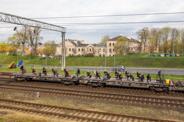 Pasaulyje nematyta idėja: sveikinimas Europai skamba ant važiuojančio traukinio