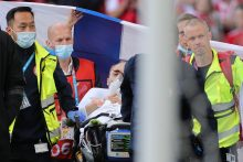 Išgąstis per rungtynes: susmukusi Danijos žvaigždė atgavo sąmonę