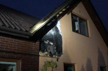 Šančiuose liepsnoja gyvenamasis namas, sproginėja stogas <span style=color:red;>(pildoma)</span>