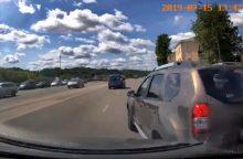 Kauno centre vos per plauką išvengta skaudžios avarijos: kas kaltas? <span style=color:red;>(vaizdo įrašas)</span>